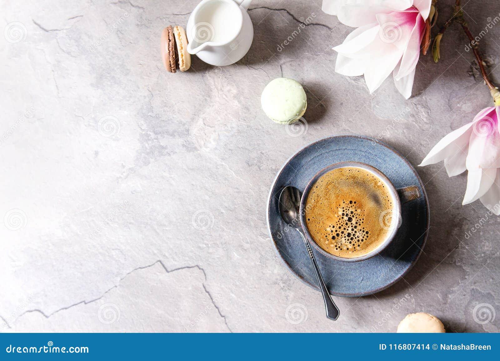 Caffè con i fiori della molla