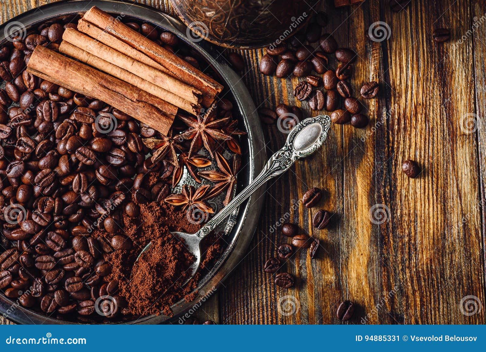 Caffè con le spezie sul piatto
