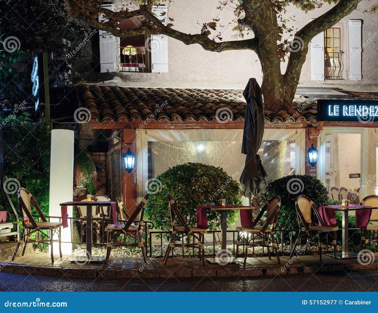 Caffè della via nella vecchia città Mougins in Francia Vista di notte