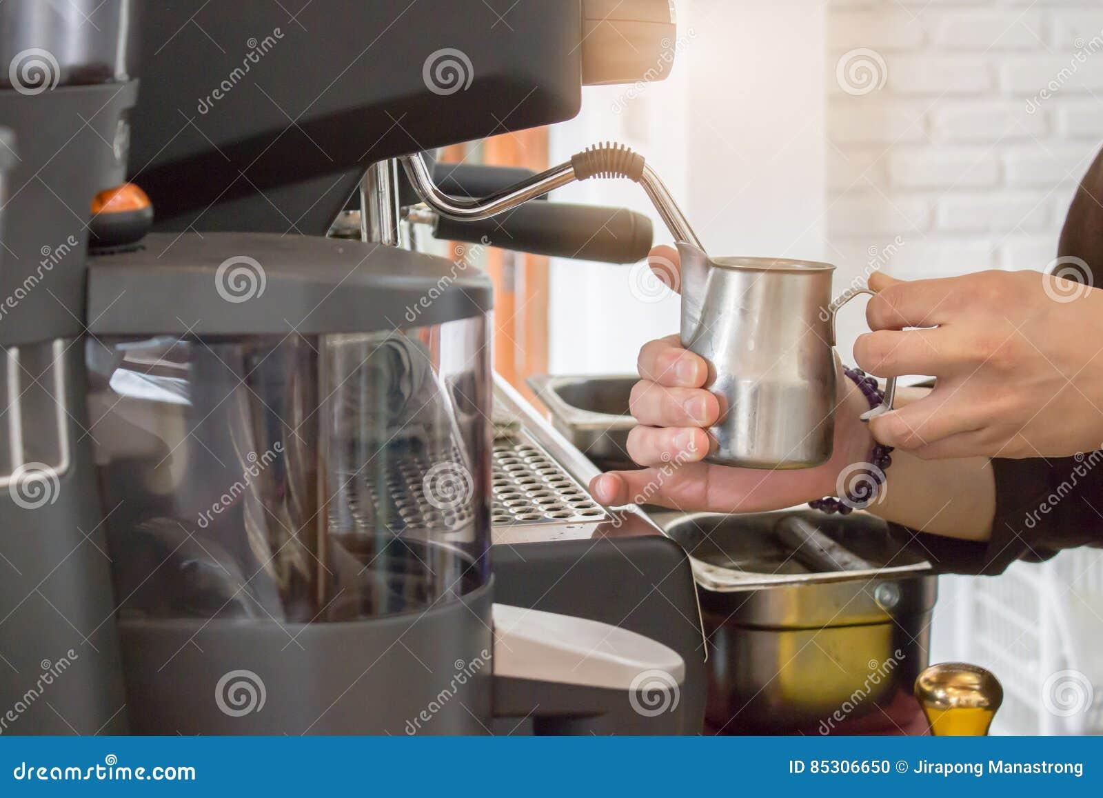 Caffè di barista che fa concetto di servizio della preparazione del caffè