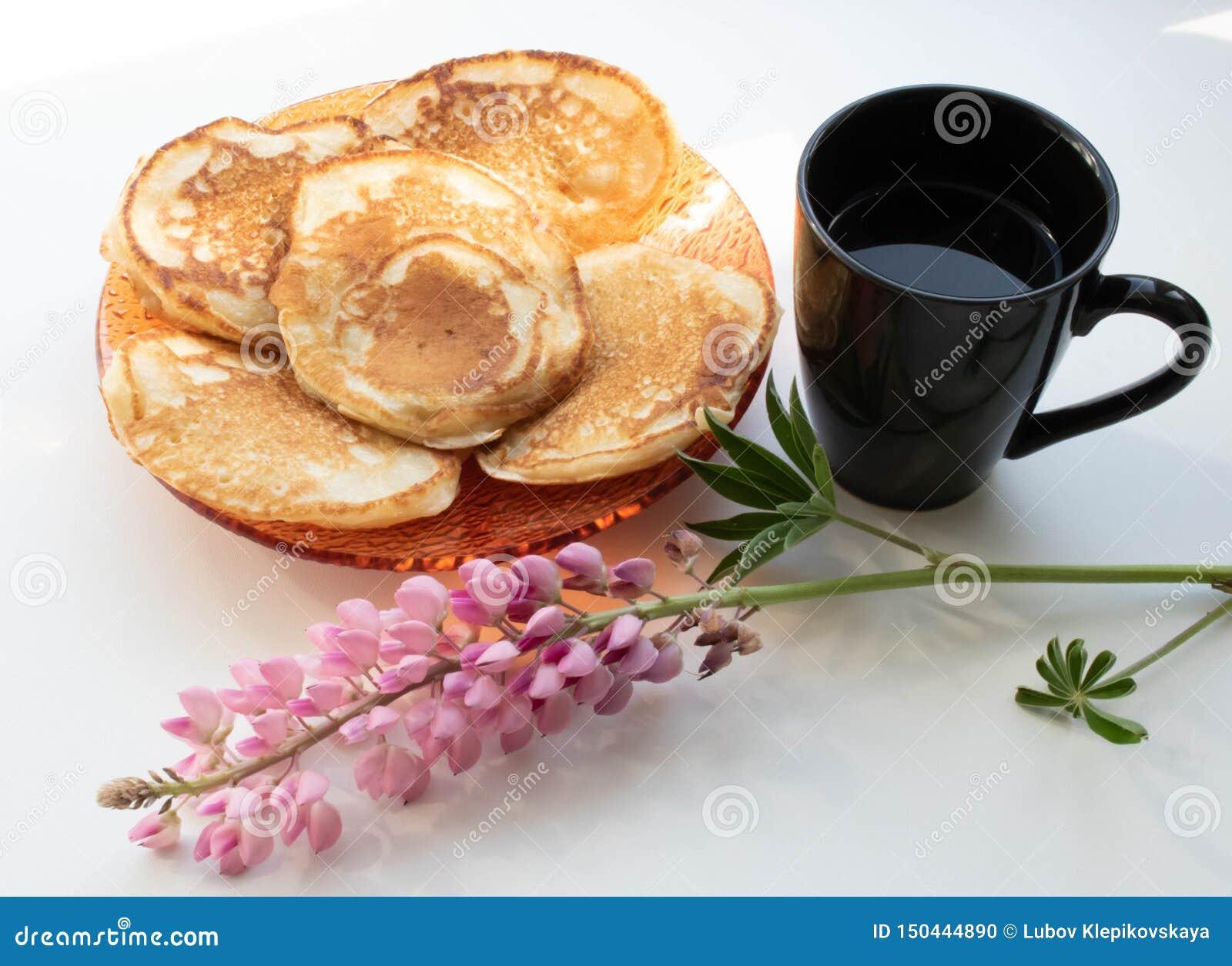 Caffè di mattina con la tazza dei pancake