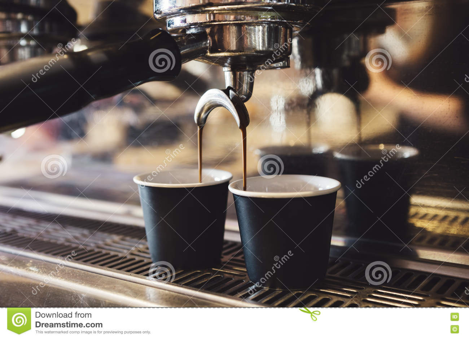Caffè industriale a macchina facendo due tazze del caffè espresso