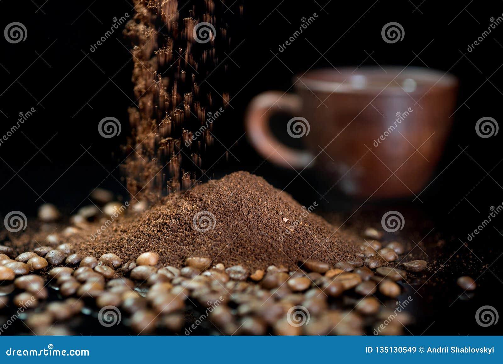 Caffè istantaneo contro lo sfondo dei chicchi di caffè
