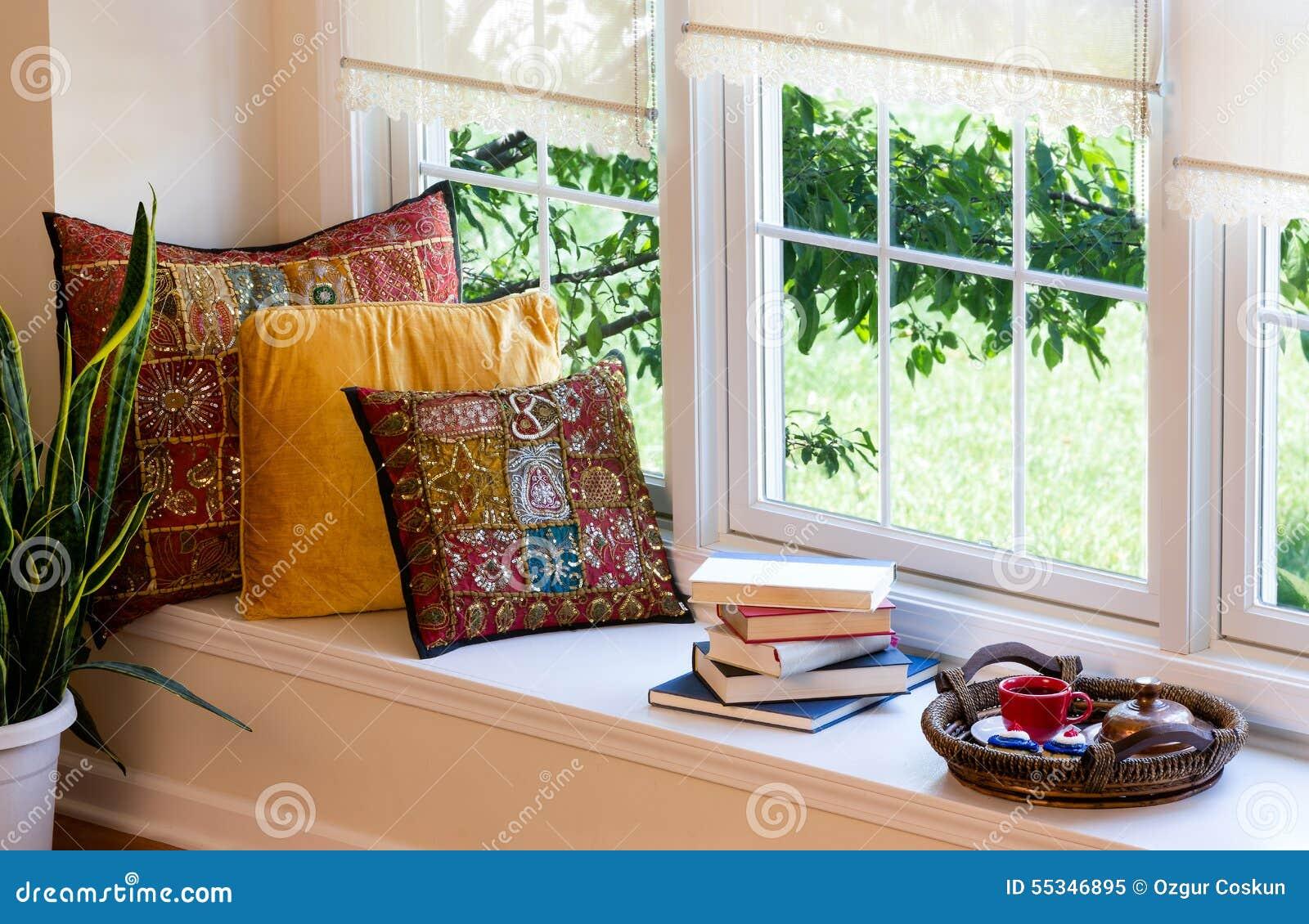 Caffè libri e cuscini allangolo della lettura immagine stock