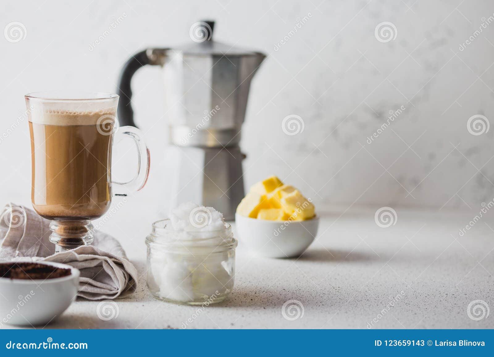 Caffè a prova di proiettile Il coffe Ketogenic di dieta del cheto si è mescolato con olio di cocco e burro Tazza di caffè a prova