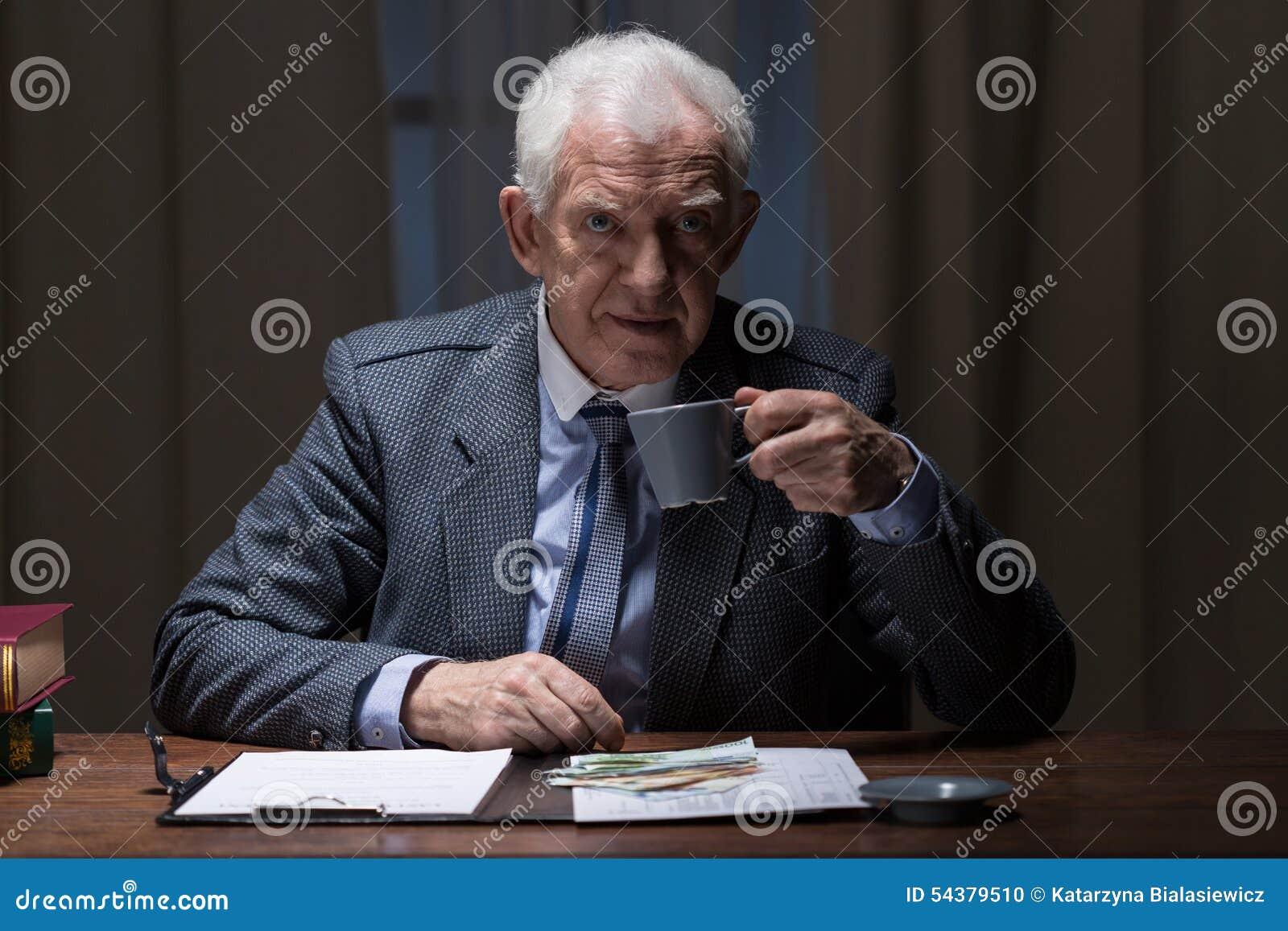Caffè sorseggiante dell uomo