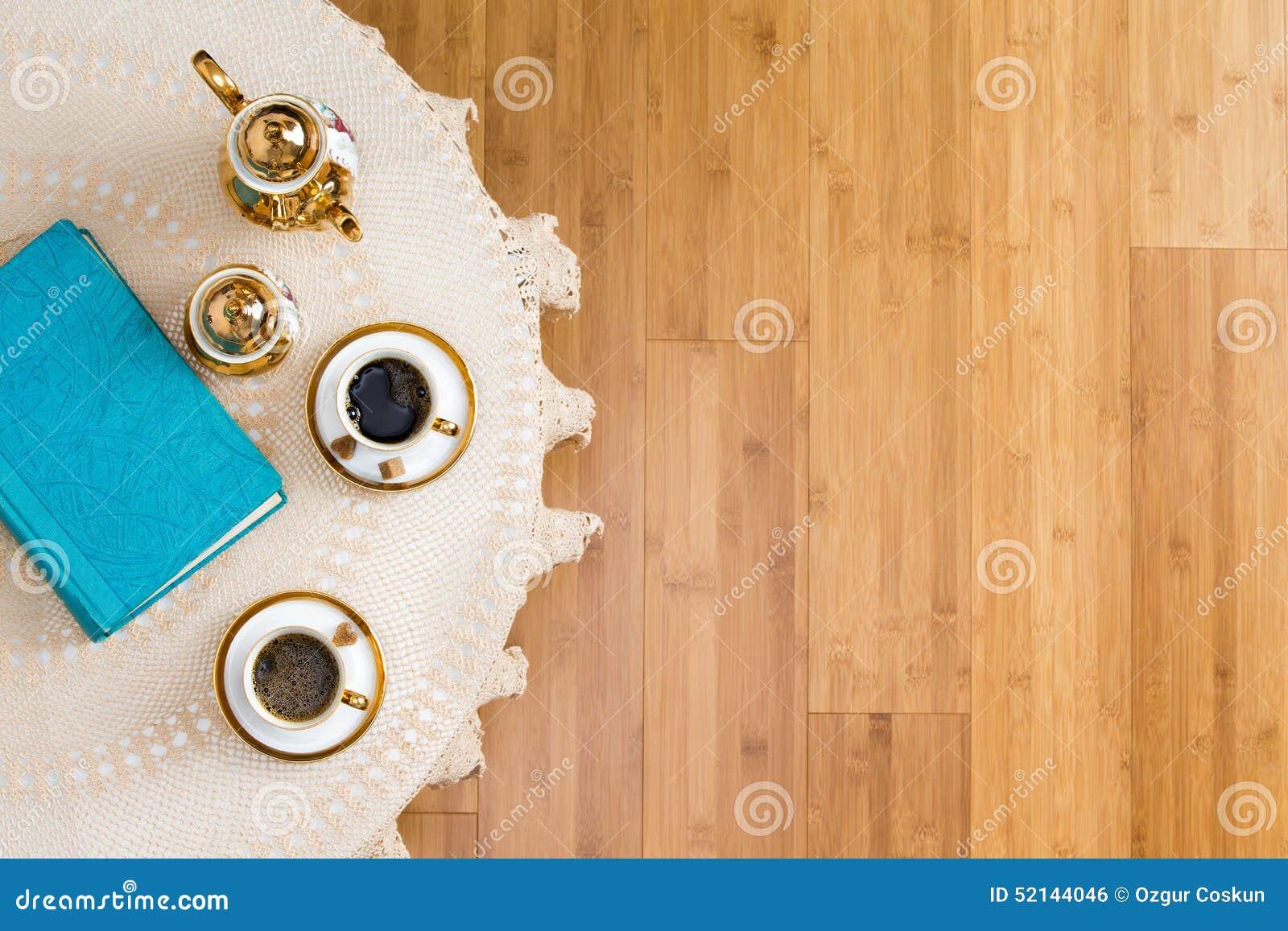 Caffè turco sulla Tabella bianca con un libro