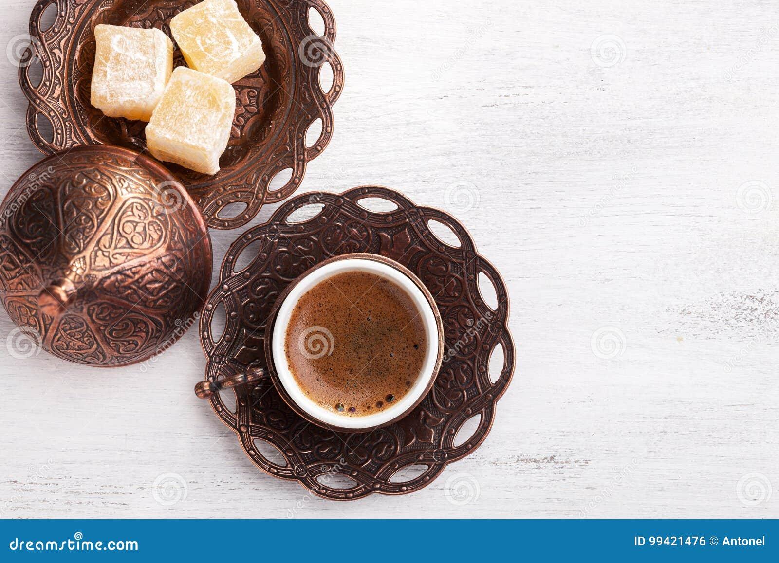 Caffè turco tradizionale e delizia turca su fondo di legno misero bianco Disposizione piana