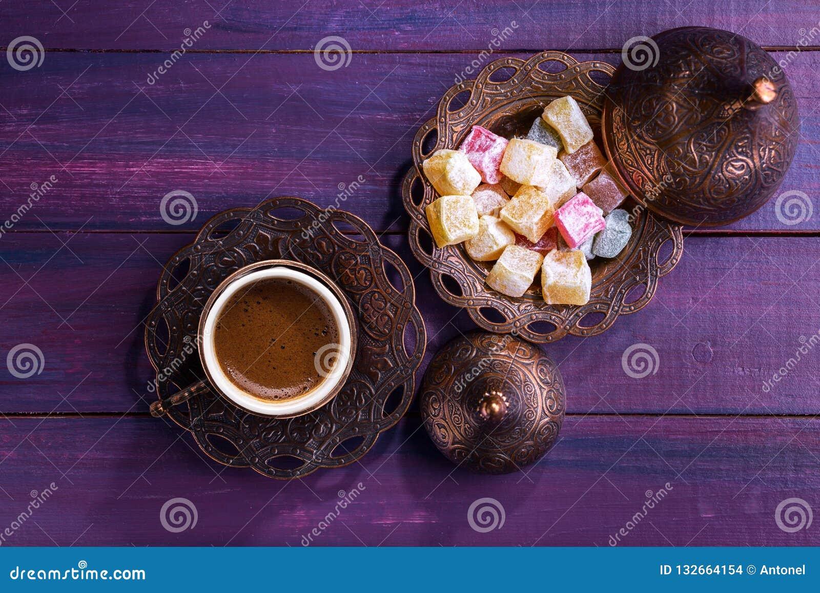 Caffè turco tradizionale e delizia turca su fondo di legno viola scuro Disposizione piana