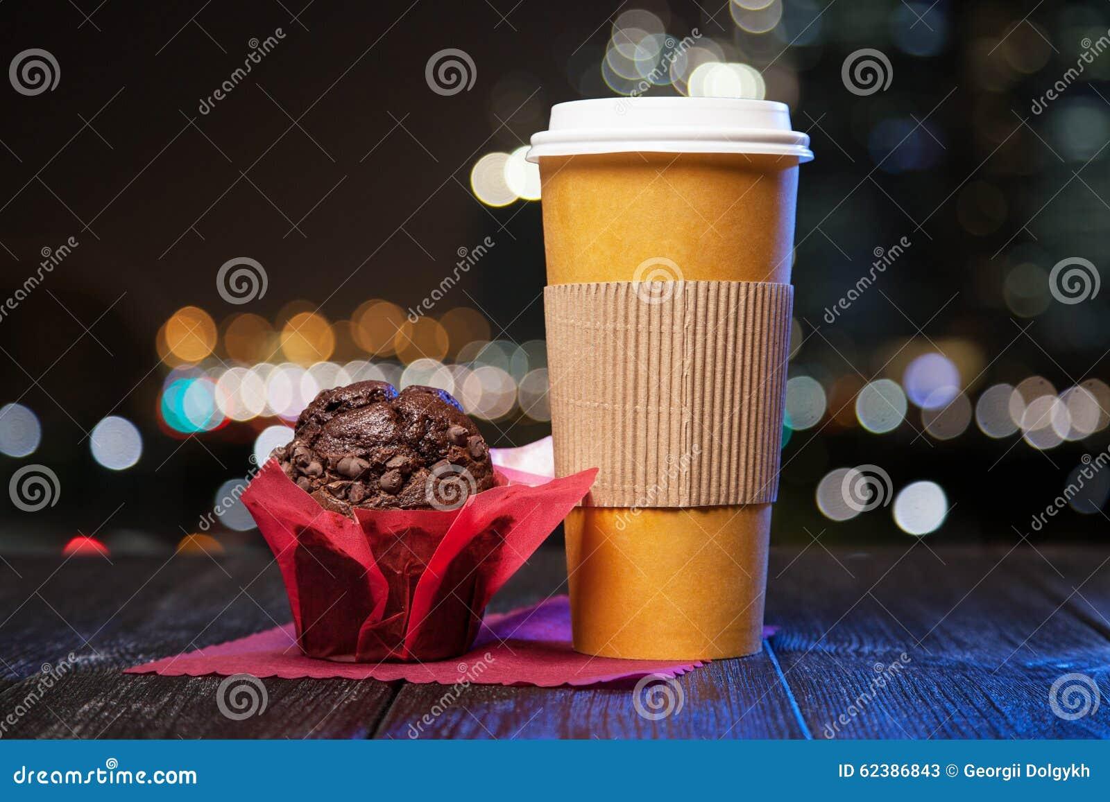 Caffè in una tazza di carta