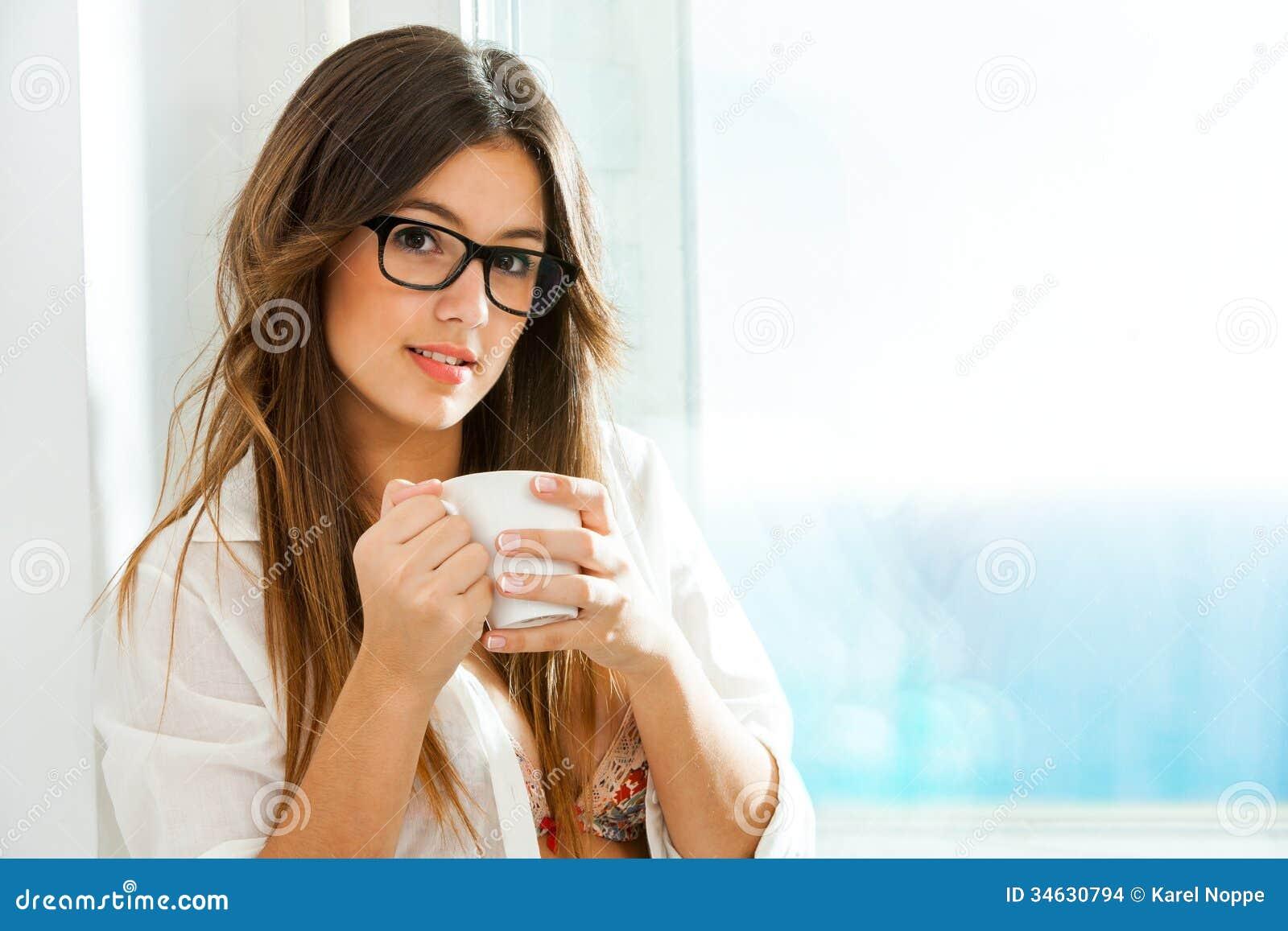 Caff bevente della ragazza sveglia alla finestra immagini stock immagine 34630794 - Ragazza alla finestra ...