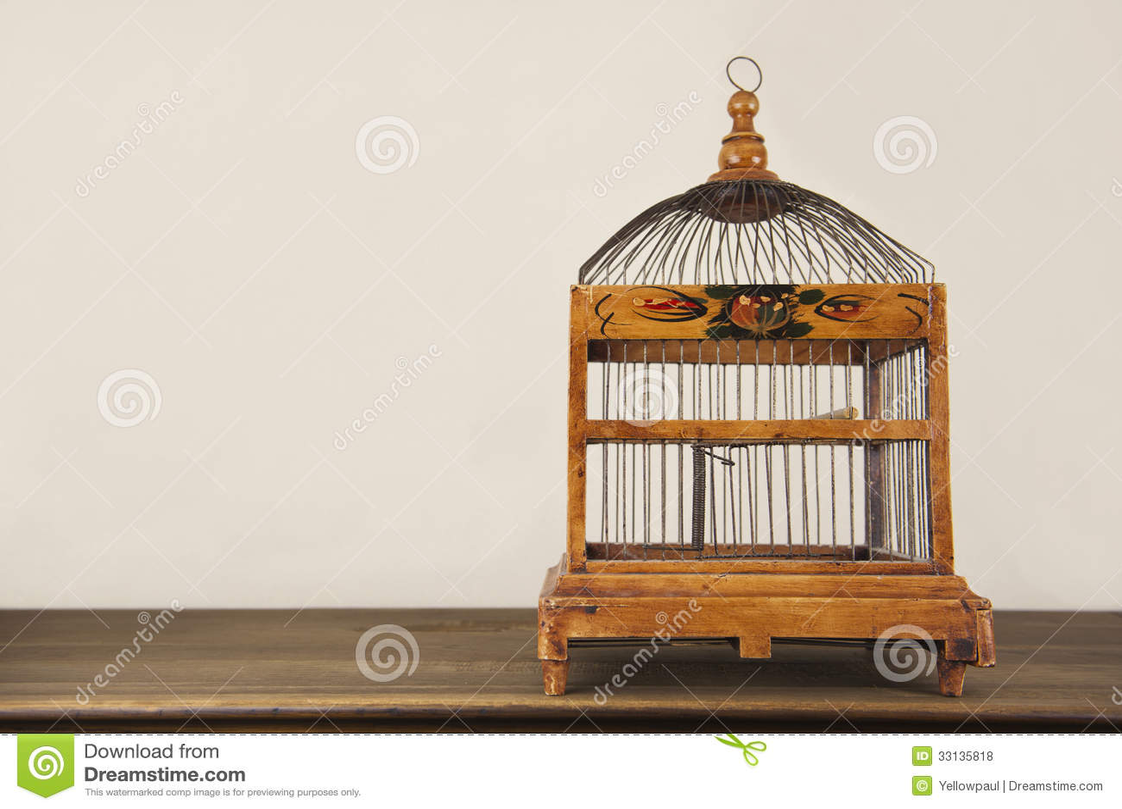 cage oiseaux sur l 39 tag re en bois photo stock image du cage table 33135818. Black Bedroom Furniture Sets. Home Design Ideas