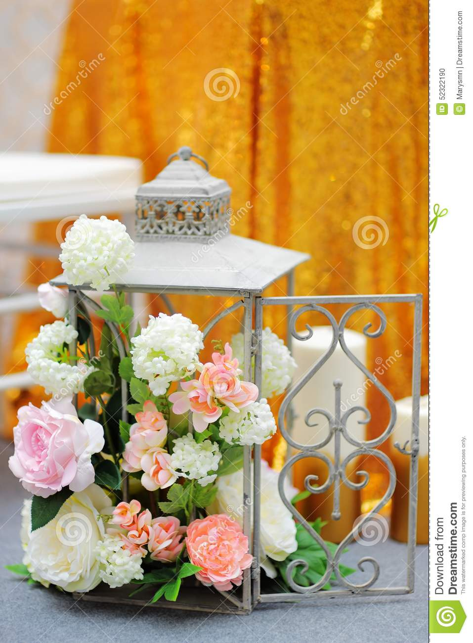 cage avec des fleurs comme d coration sur la partie photo stock image 52322190. Black Bedroom Furniture Sets. Home Design Ideas