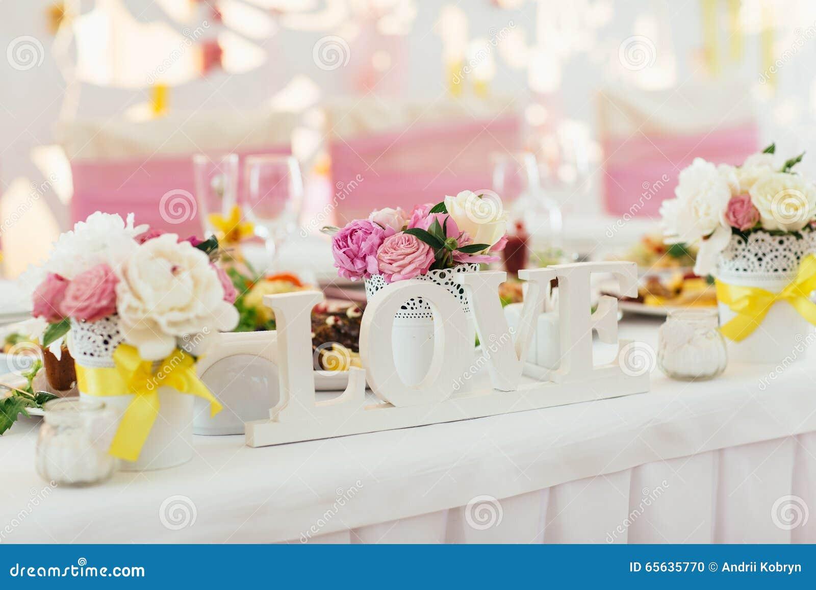 Cage décorative avec des fleurs pour le mariage
