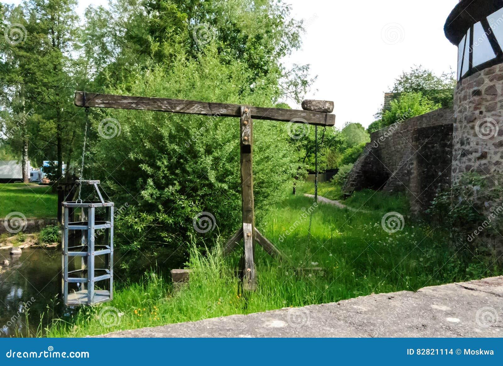 Cage de sorcières - instrument médiéval de torture à la rivière dans Steinau un der Strasse, près des frères Grimm de lieu de nai