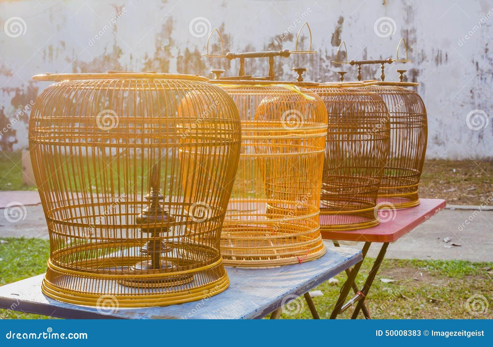 cages oiseaux en bois de rotin sur les tables image stock image 50008383. Black Bedroom Furniture Sets. Home Design Ideas
