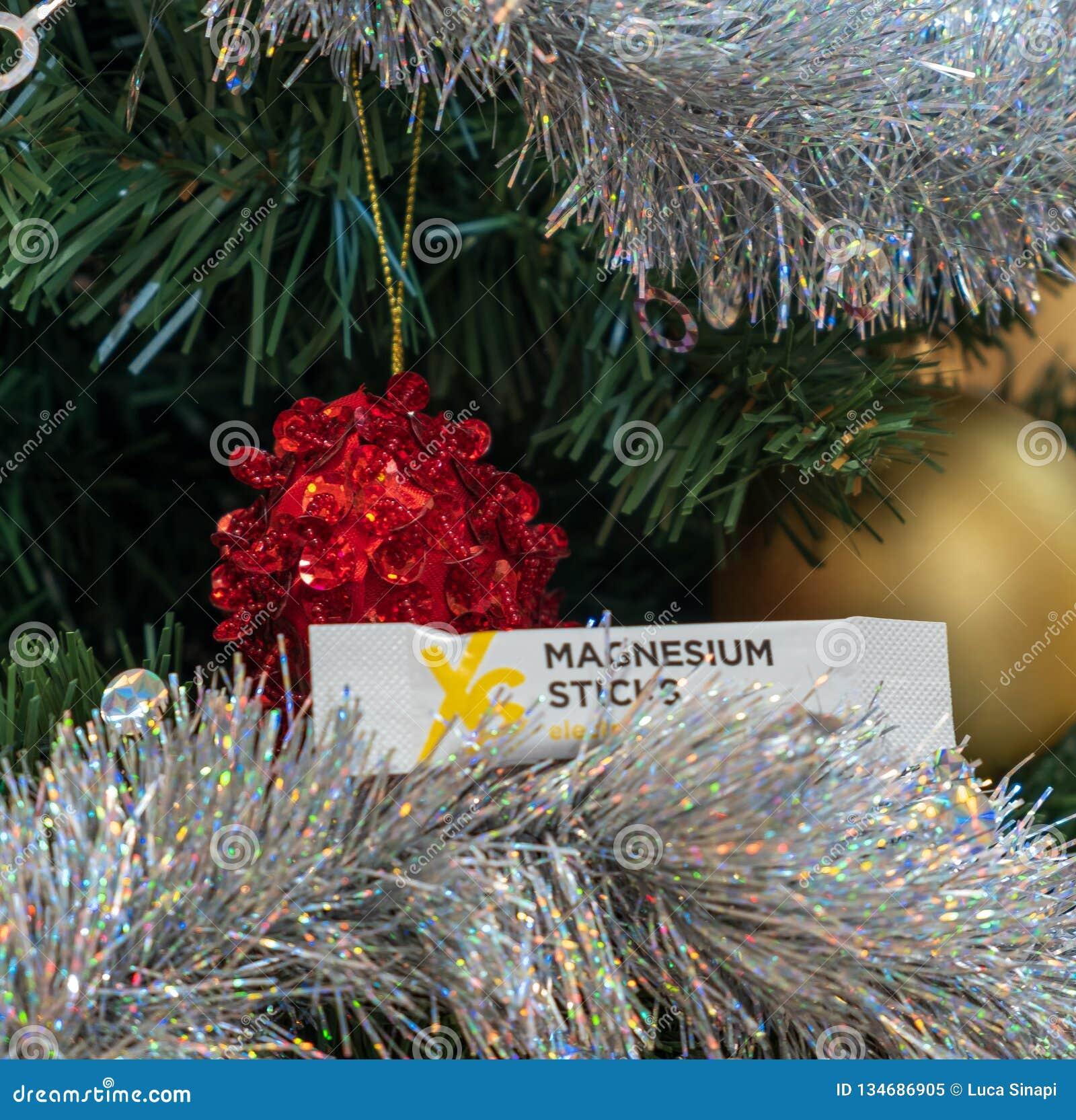 CAGLIARI, ITALIE - DÉCEMBRE 2018 : Bâton de magnésium de nutrition de sport de XS sur un arbre de Noël Nutrilite naturel et suppl