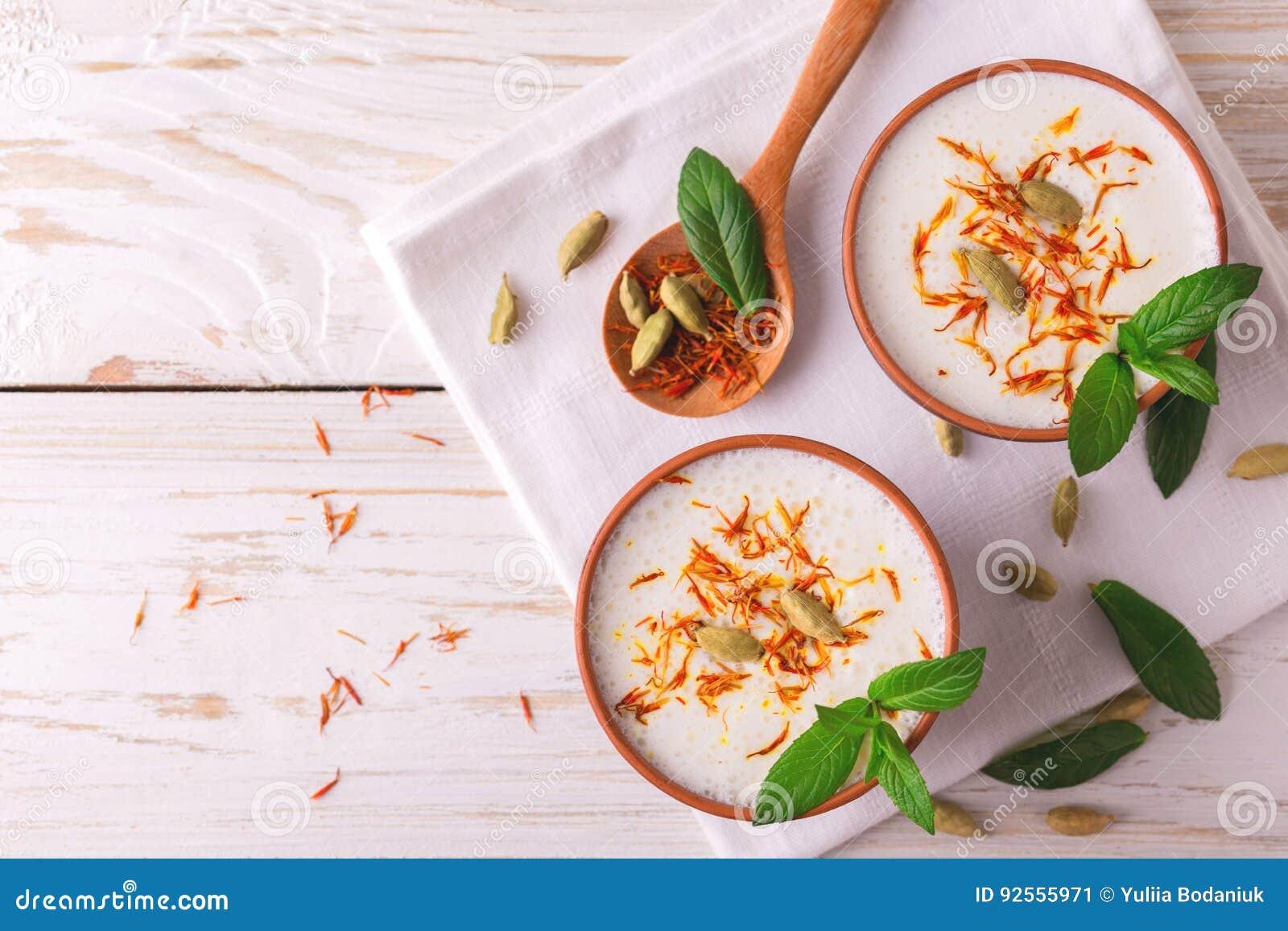 Cagliata indiana di lassi con cardamomo verde, la menta, la vaniglia e lo zafferano