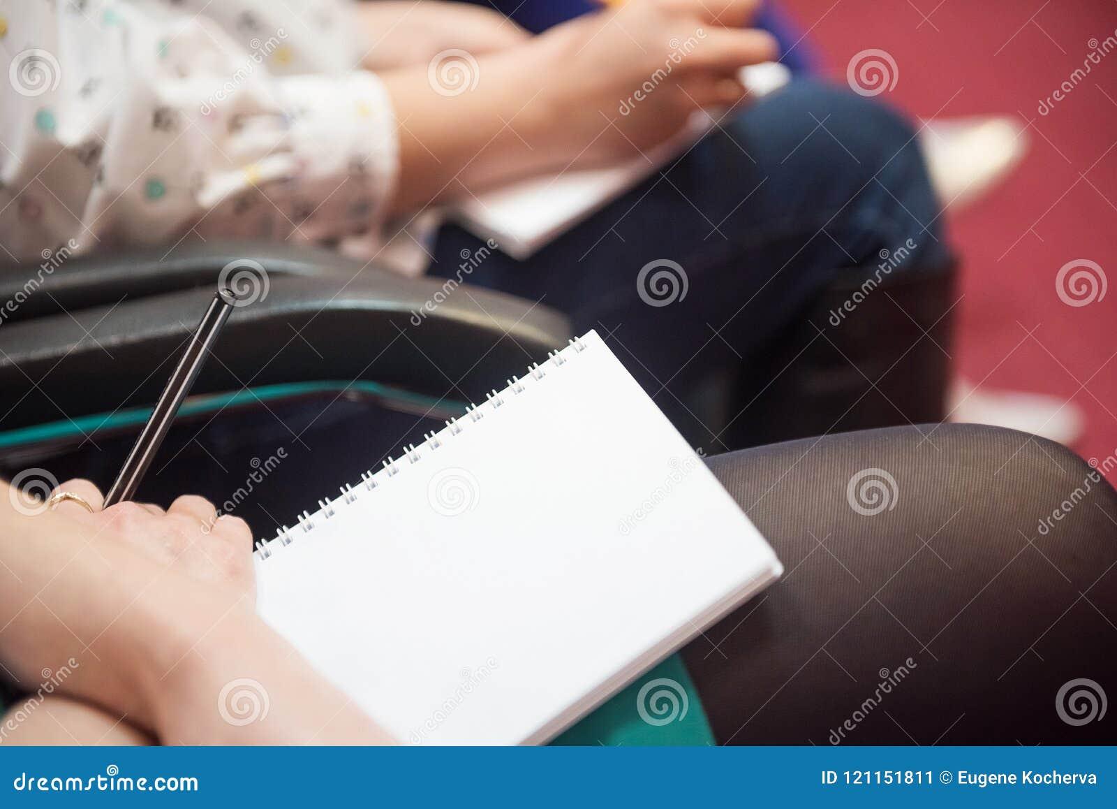 Cahier de croquis dans les mains de la fille