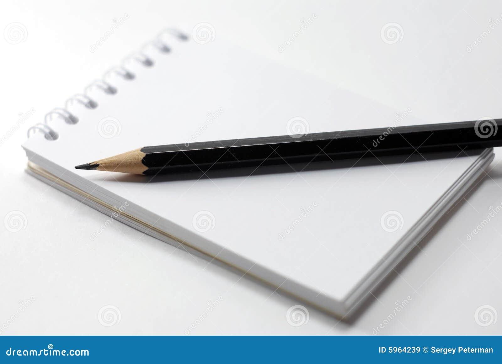 Cahier et un crayon noir