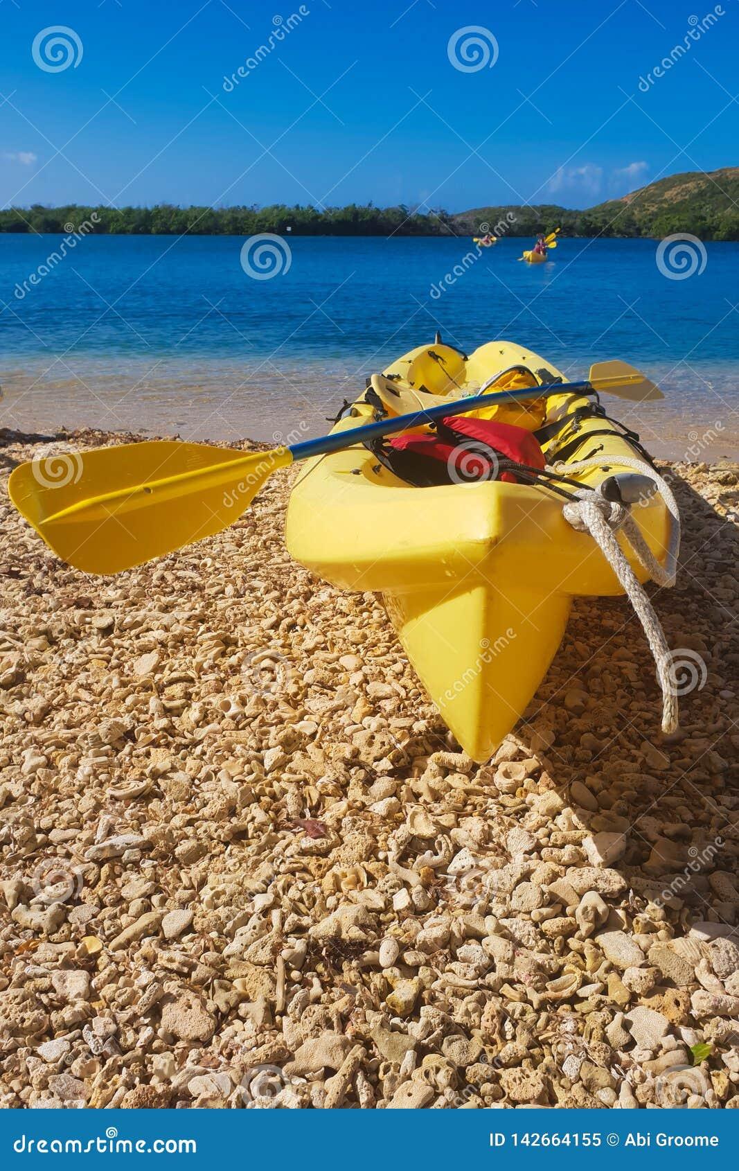 Caiaque na luz do sol na praia
