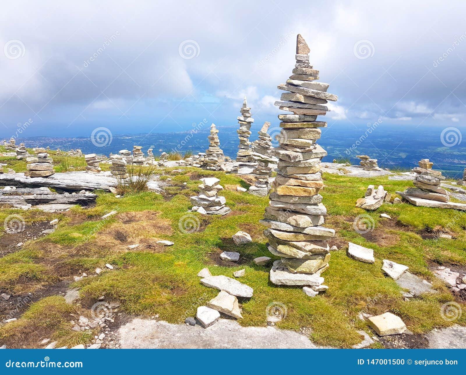Cairn ( Inukshuk rocks) alla cima della montagna di Rhune della La in Pirenei atlantici Frontiera fra la Spagna e la Francia