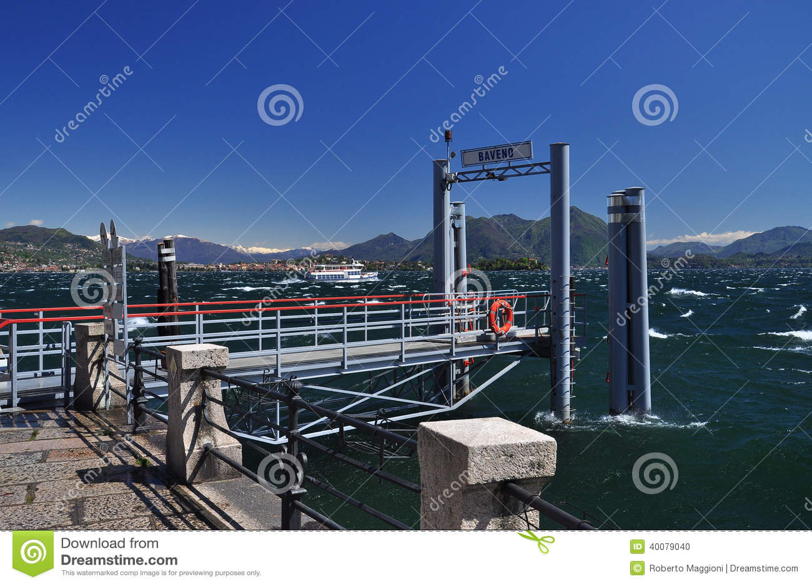 Cais da balsa de Baveno, lago Maggiore. Tempo ventoso