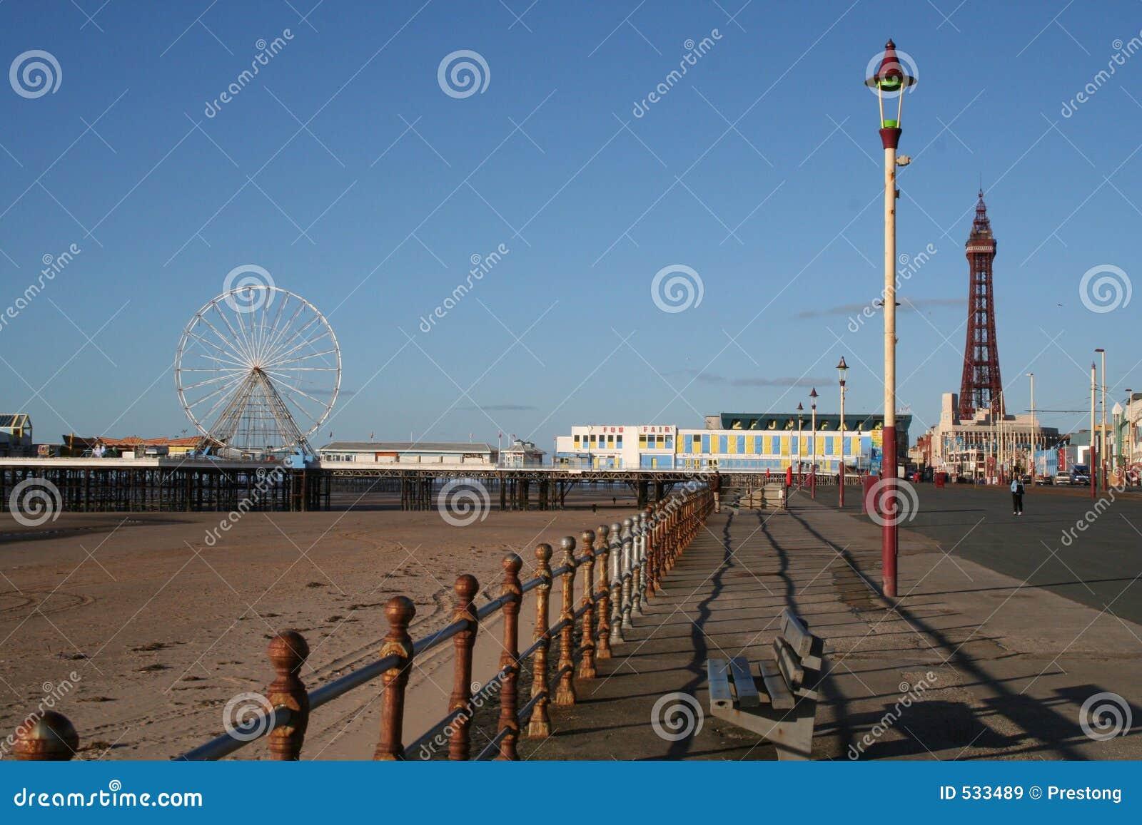Cais de Blackpool, roda de Ferris, passeio e torre centrais.