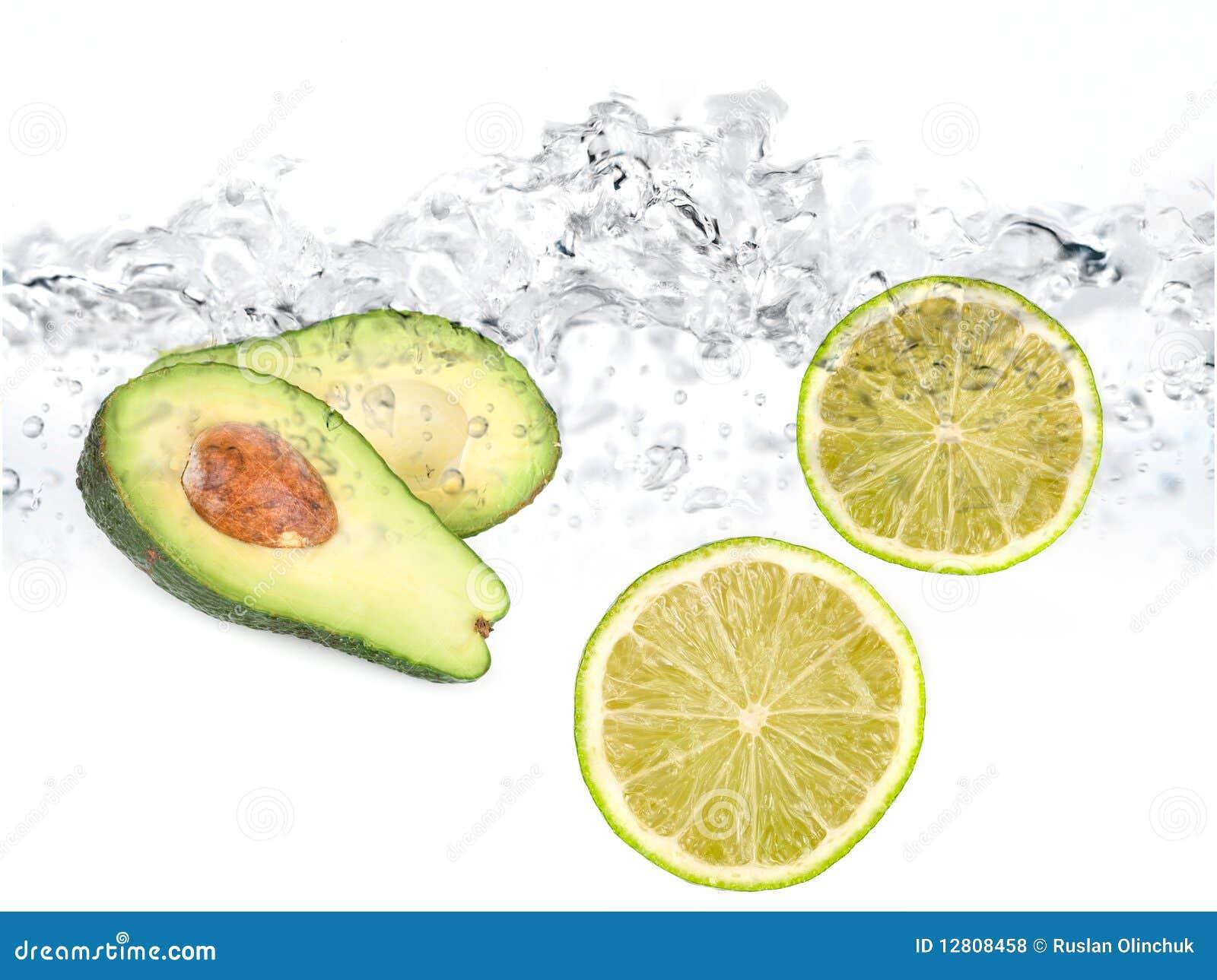 Cais e abacate na água