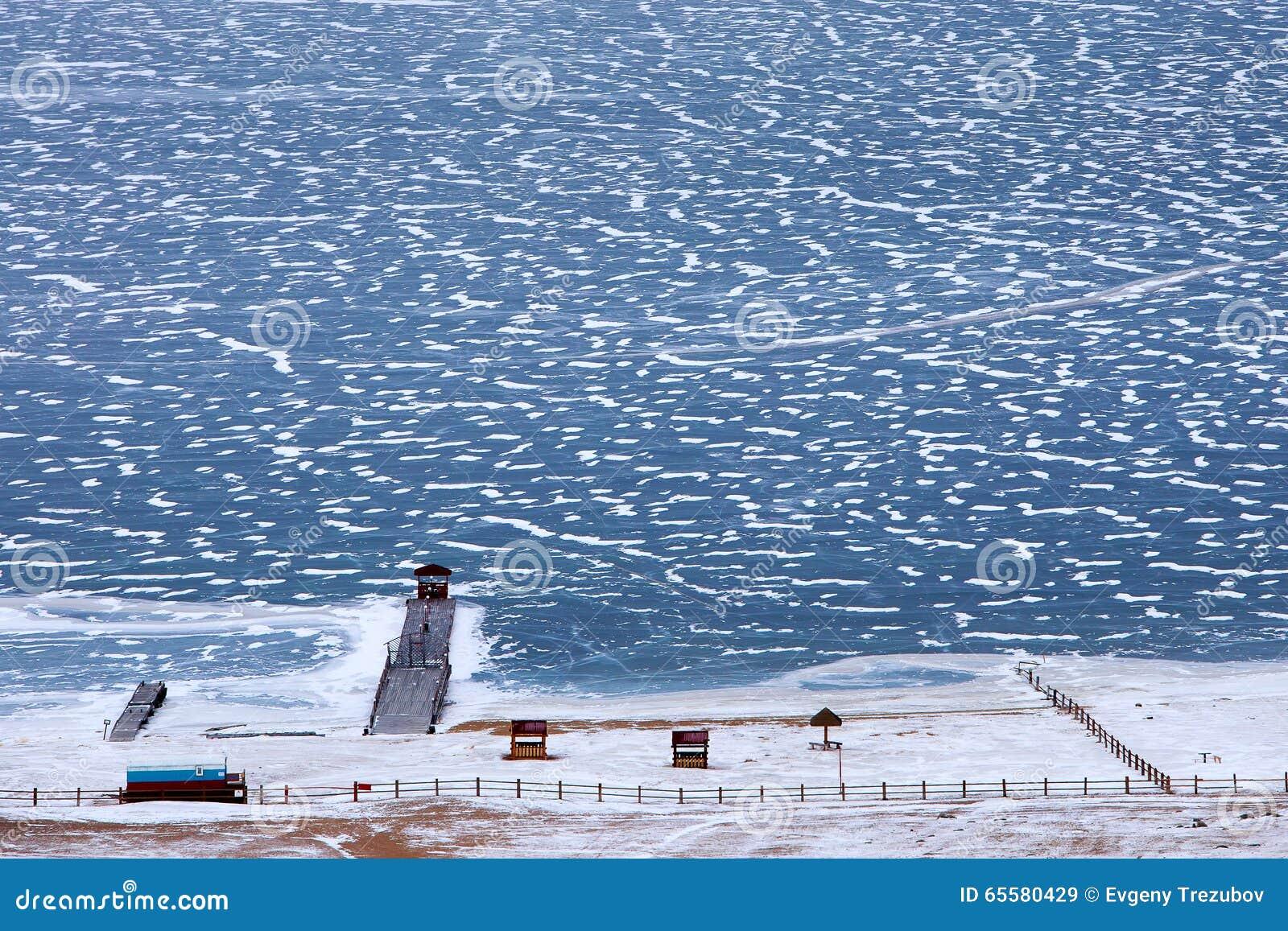 Cais no Lago Baikal congelado em dezembro