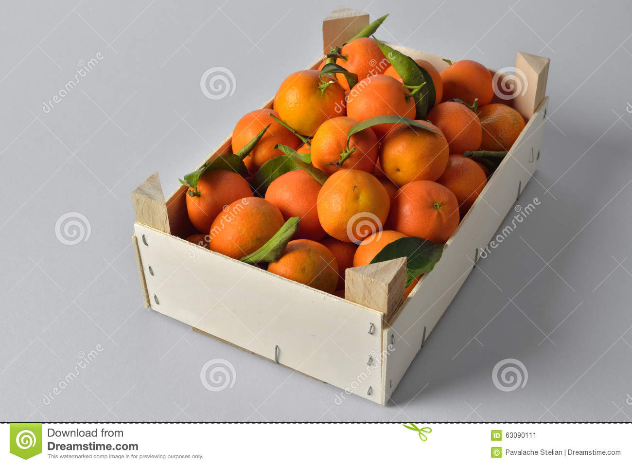 Download Caisse d'oranges image stock. Image du vert, sain, brillamment - 63090111