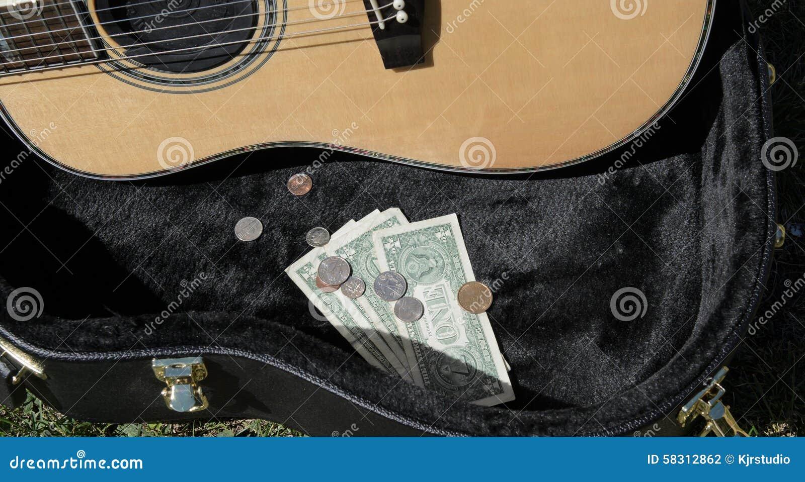 Caisse de guitare avec le musicien de rue d argent