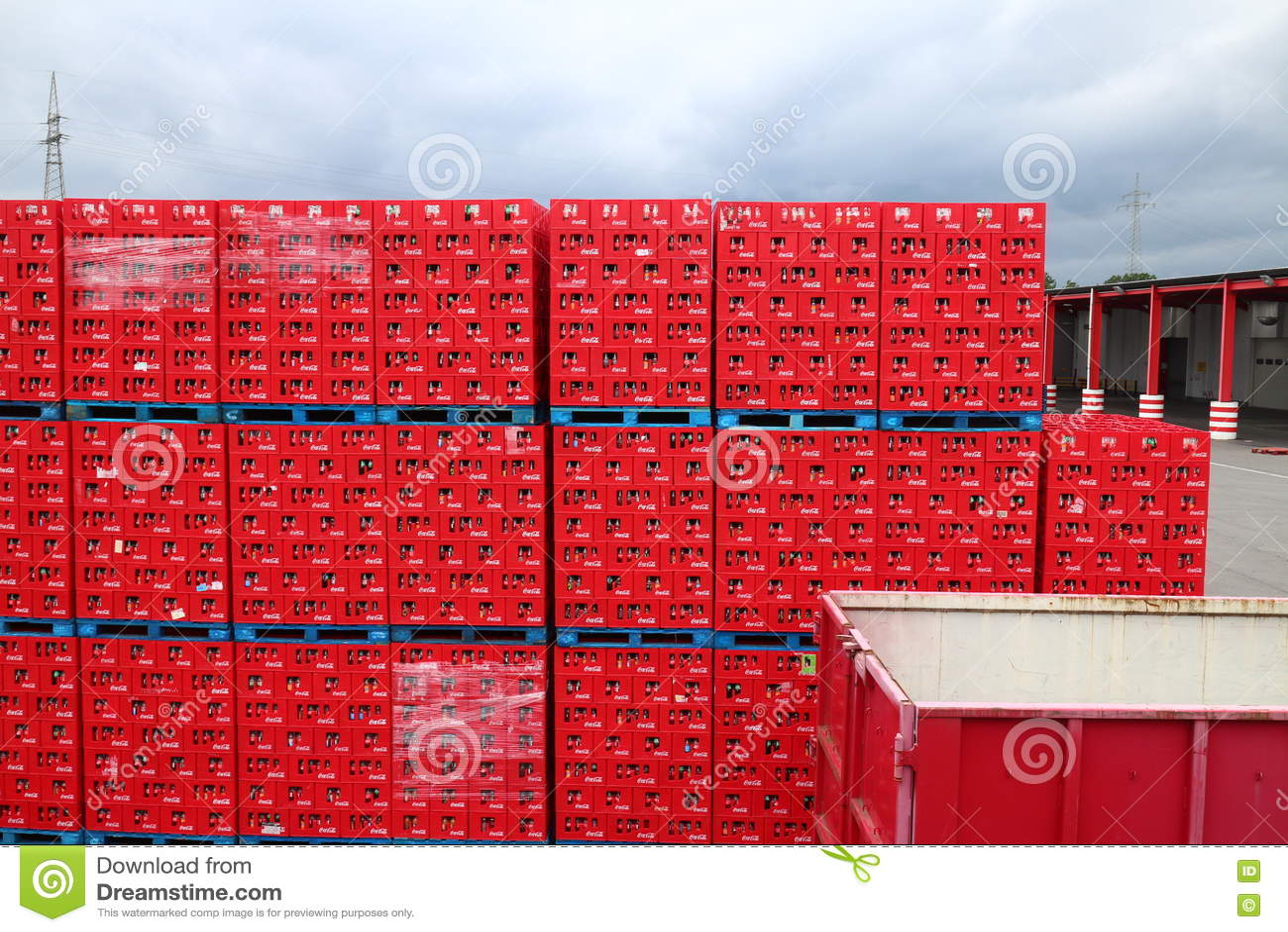 caisses de coca cola image stock ditorial image du kola 69428554. Black Bedroom Furniture Sets. Home Design Ideas