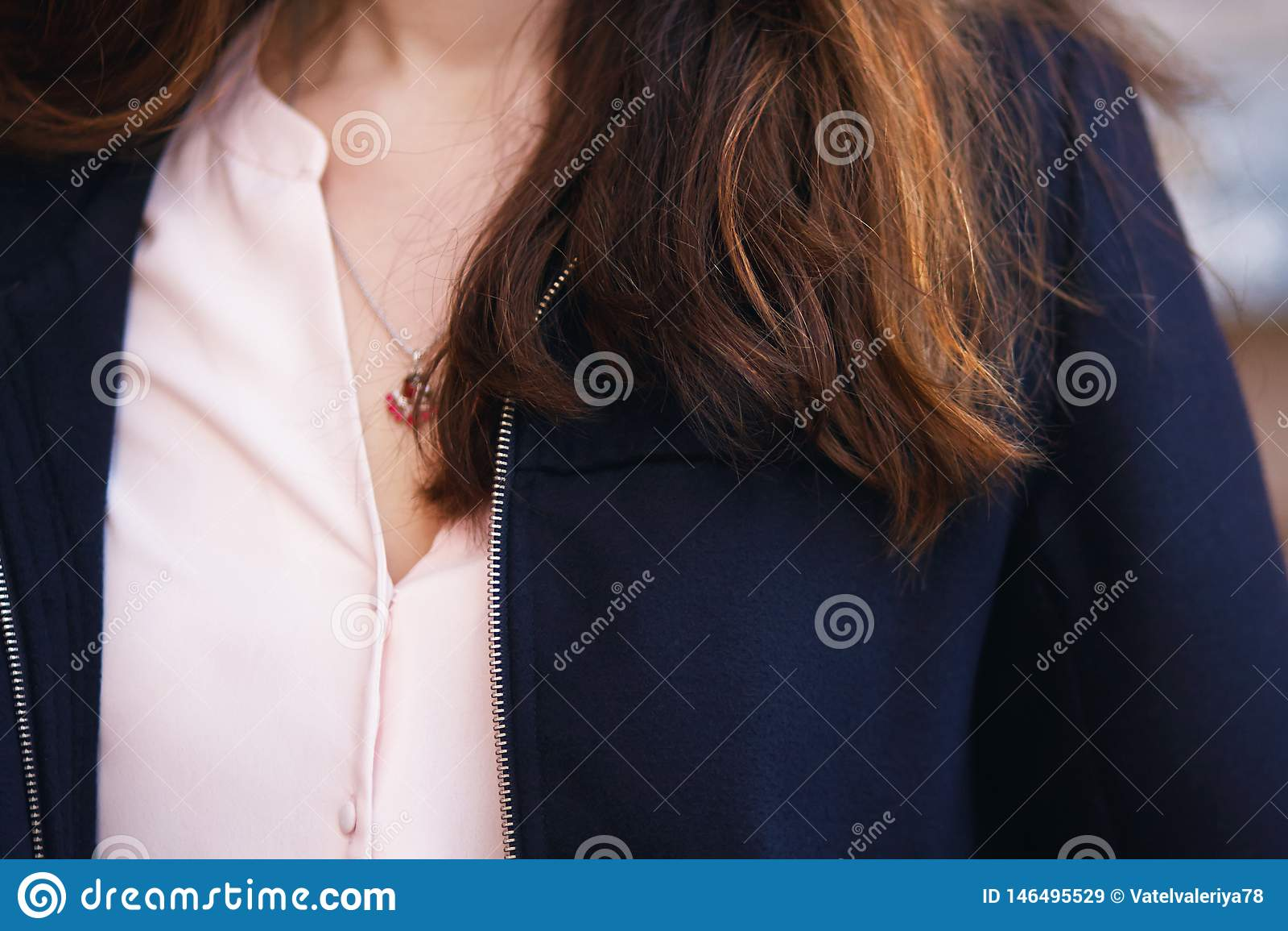 Caixa da menina que caem costas vermelhas e marrons do cabelo