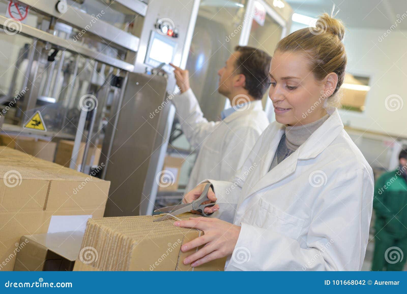 Caixa de cartão de sorriso da abertura do gerente do armazém no grande armazém