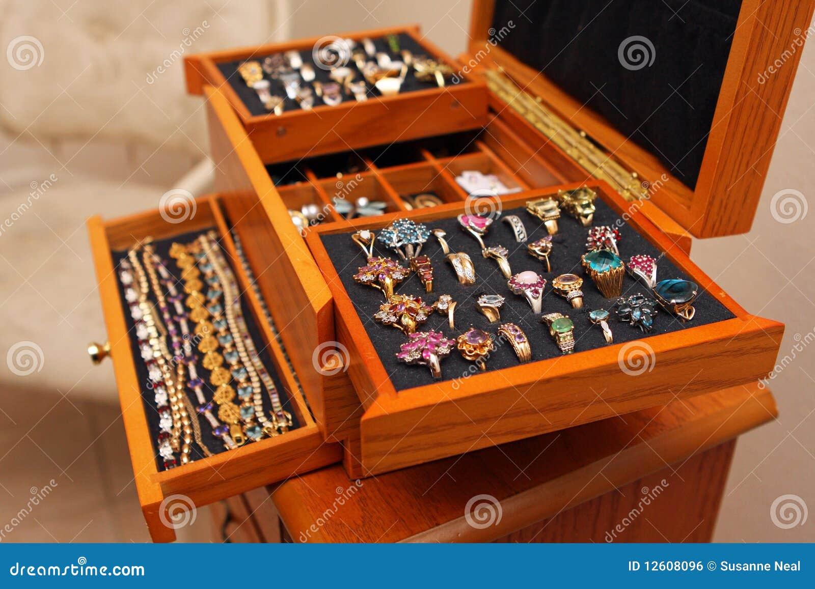 Caixa de jóia com anéis e braceletes