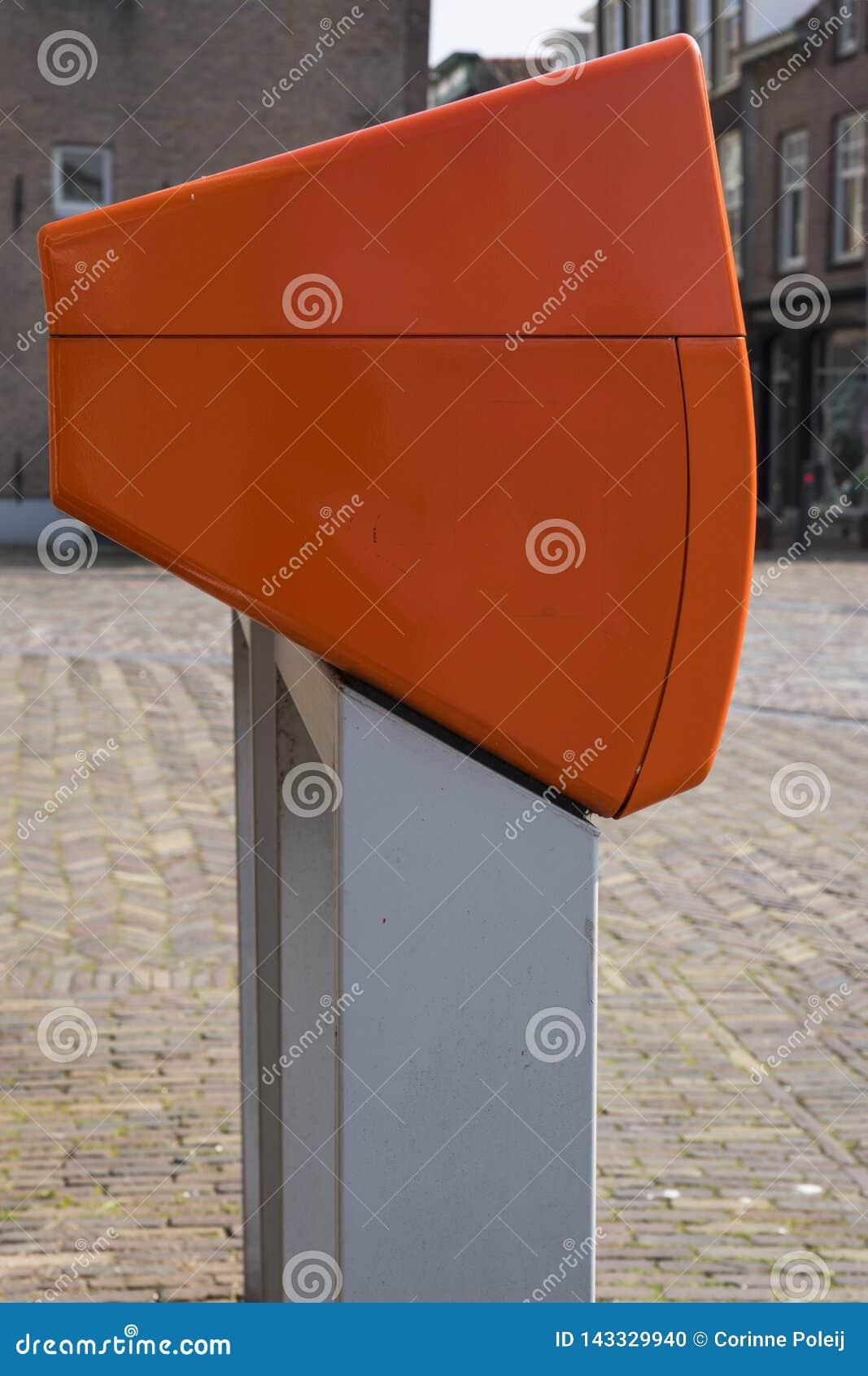 Caixa de letra alaranjada holandesa típica na rua