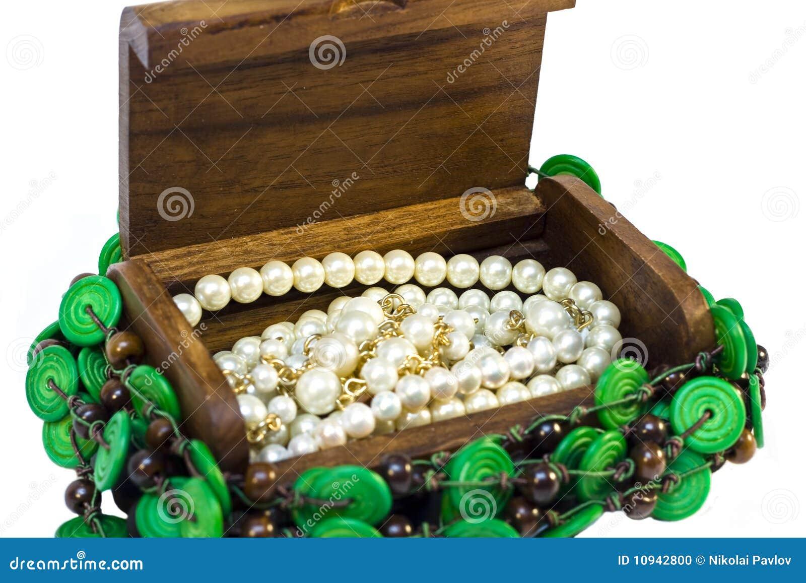 A caixa de madeira com interior das pérolas isolou-se