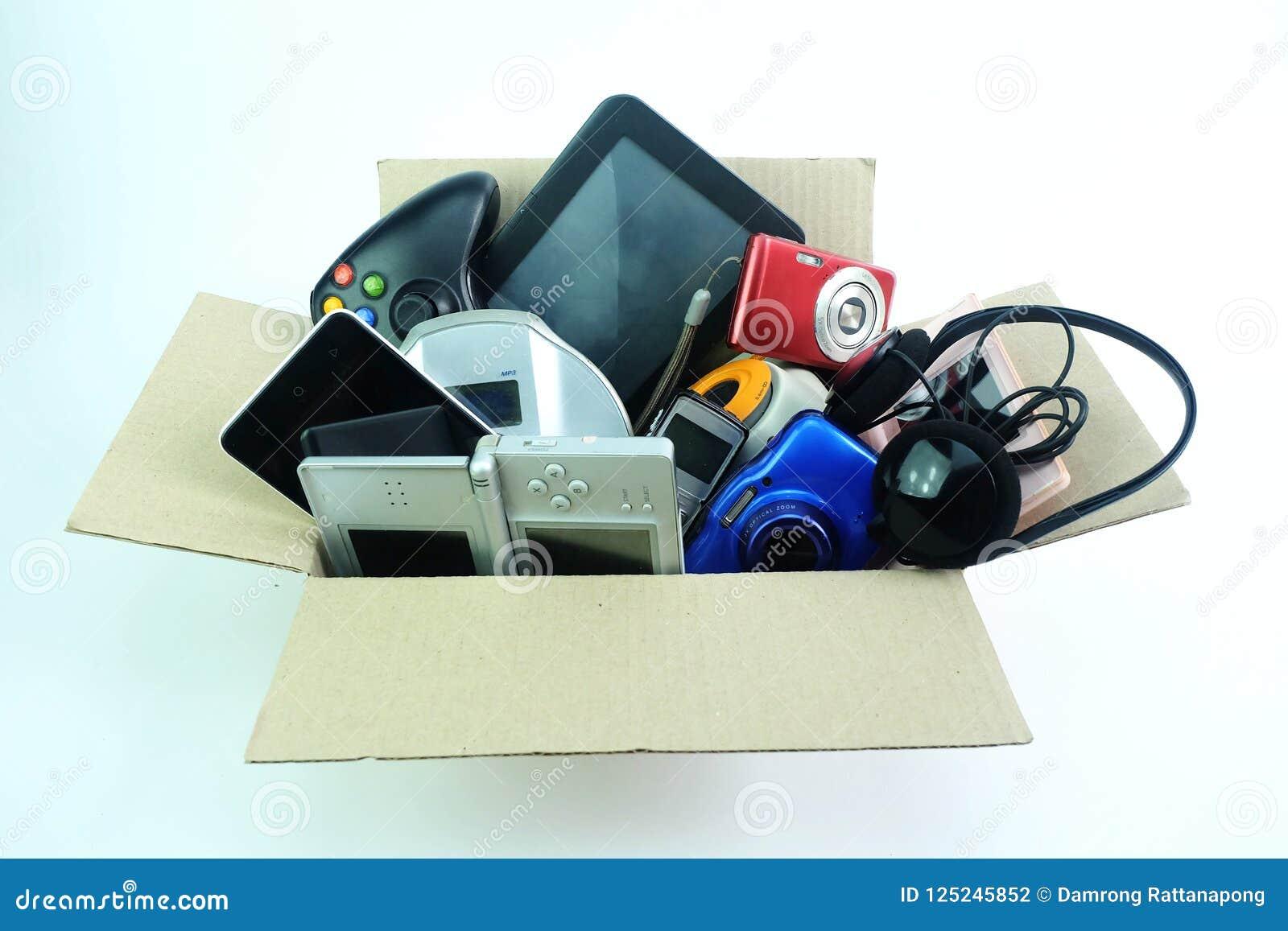 Caixa de papel com os dispositivos usados danificados ou velhos da eletrônica para o uso diário no fundo branco