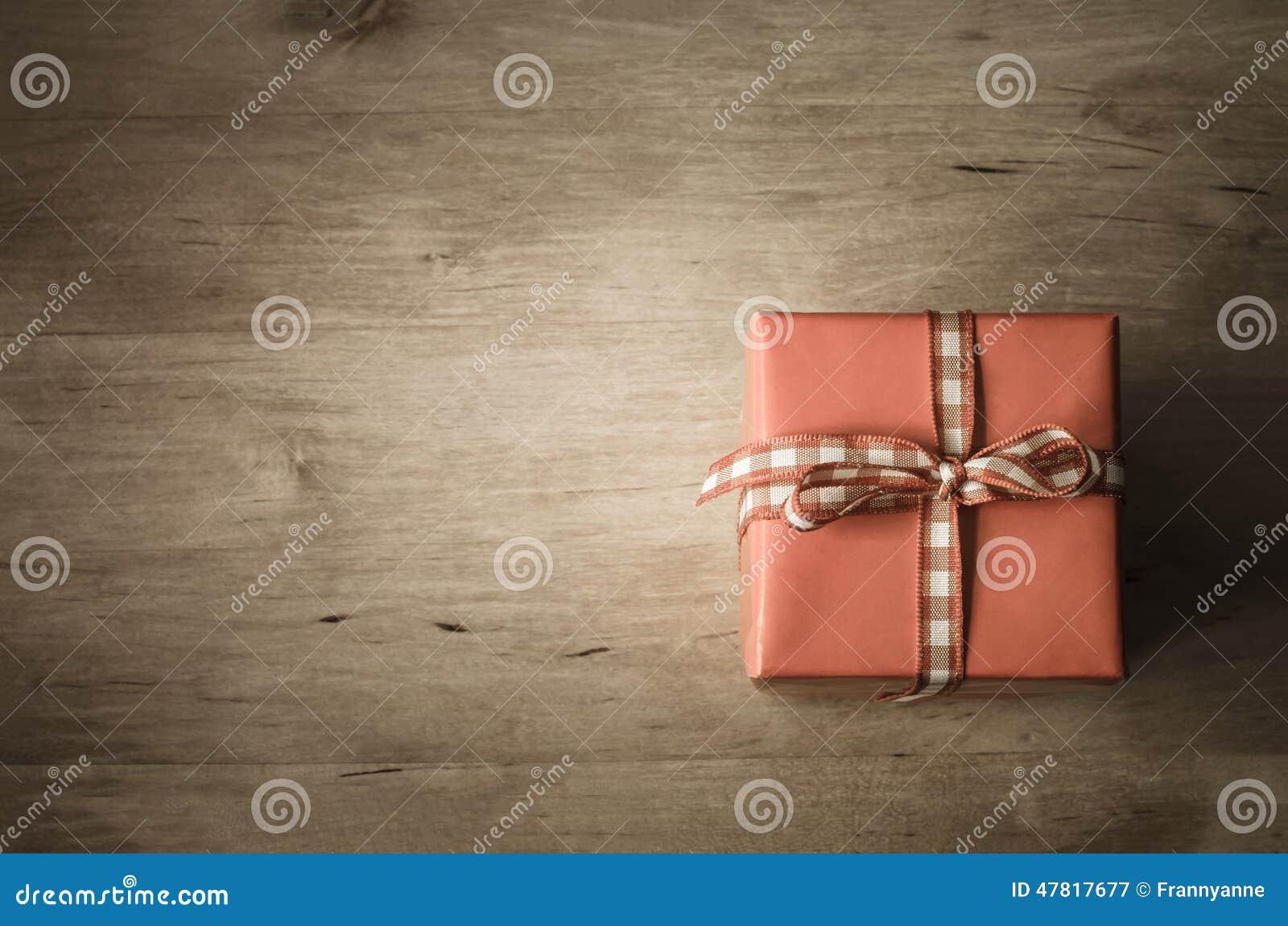 Caixa de presente aérea na madeira