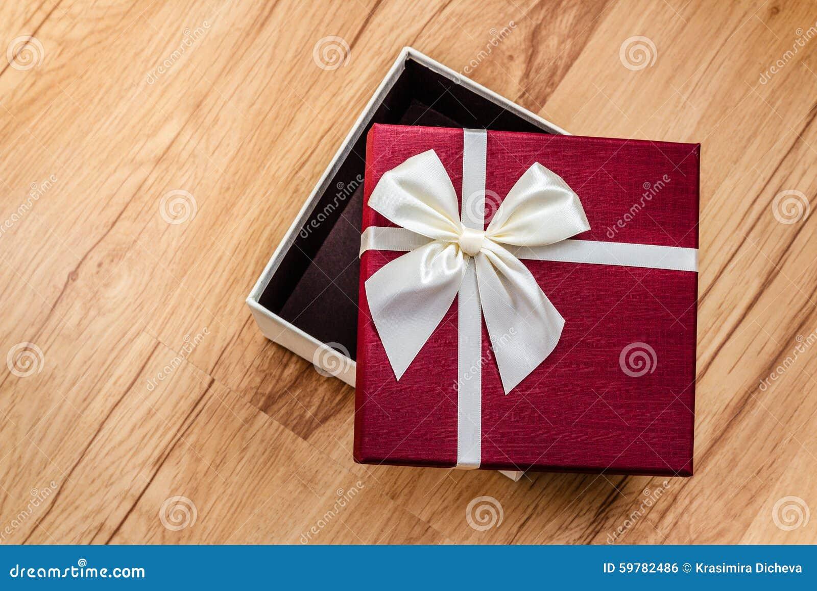 Caixa De Presente Aberta Na Madeira Surpresa Foto de Stock Imagem  #7D1227 1300x957