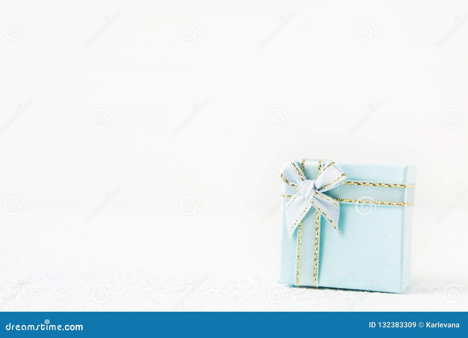 Caixa de presente azul para o feriado no fundo claro