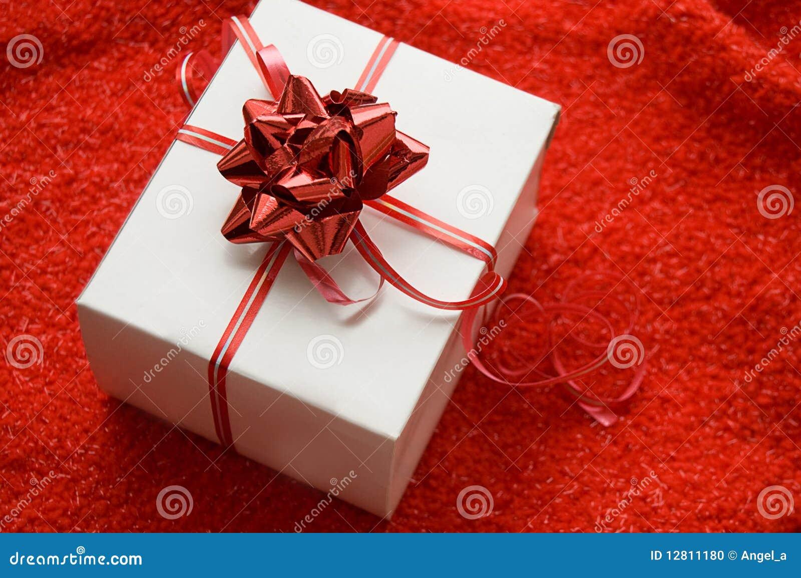 Caixa de presente branca com a fita vermelha do cetim