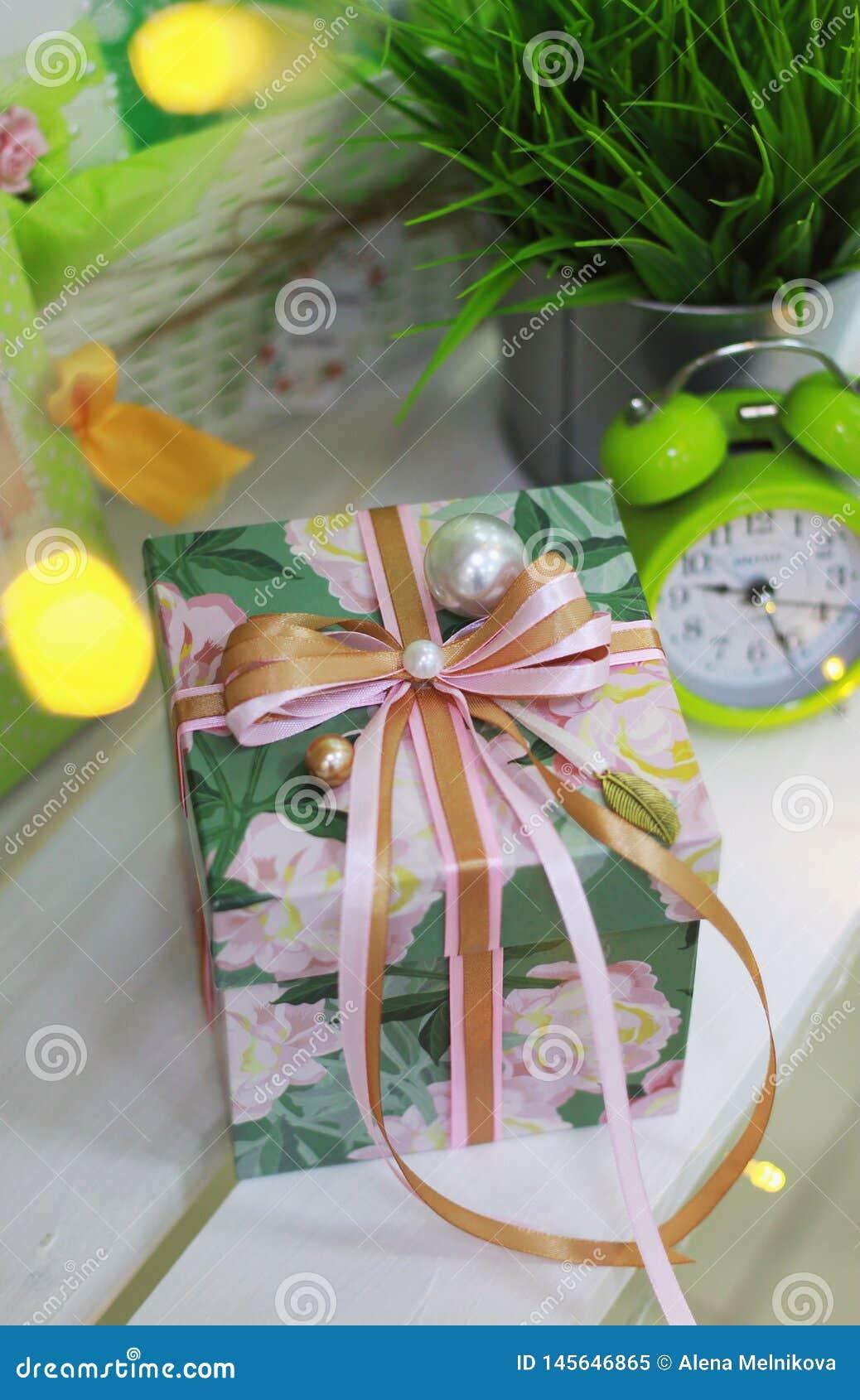 Caixa de presente com curva da fita e decoração feito a mão