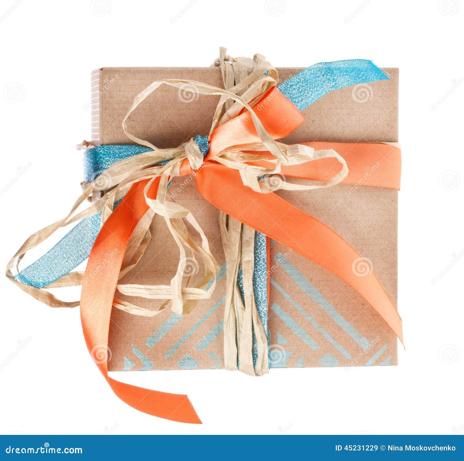 Caixa de presente com a fita do cetim e do feno