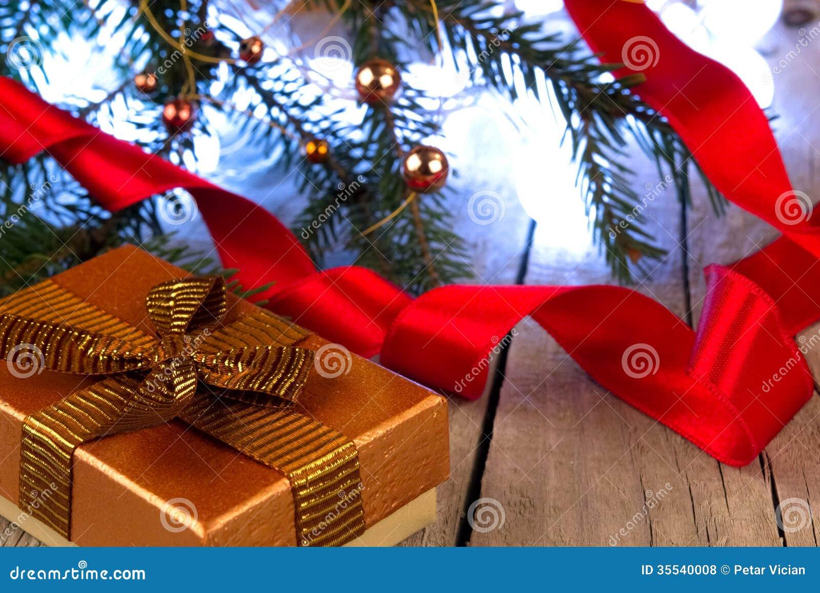 Fotos de Stock Royalty Free: Caixa de presente com fita dourada e  #C5060E 1300x957