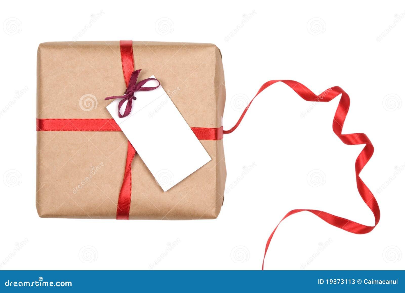 Caixa de presente com fita vermelha e etiqueta em branco