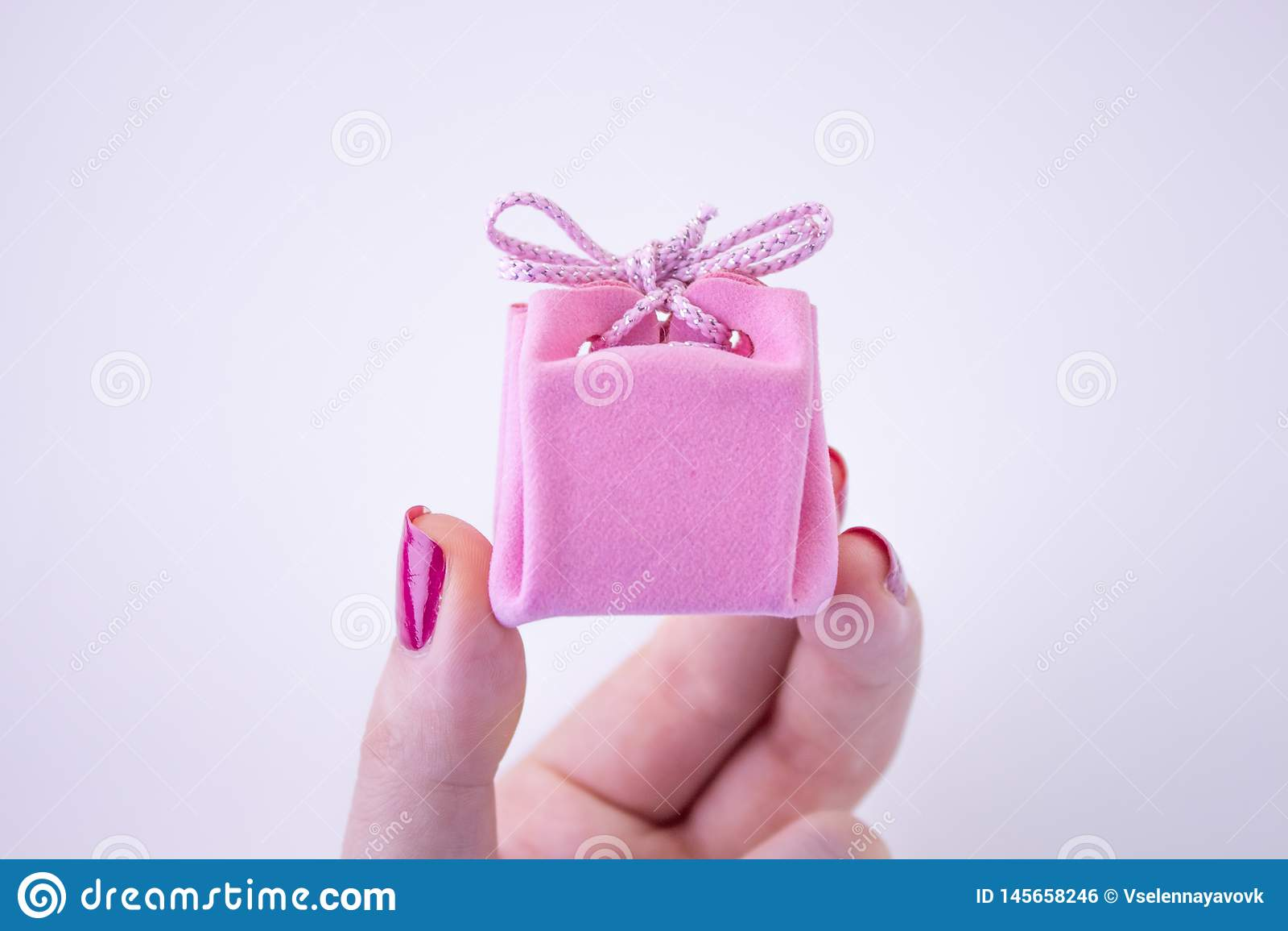 Caixa de presente cor-de-rosa com a fita para decora??es ? disposi??o Presente festivo a uma menina ou a uma mulher