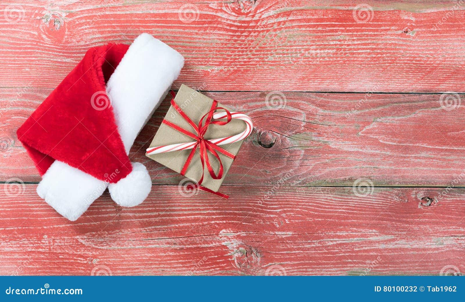 Caixa de presente de época natalícia com o tampão de Santa em placas de madeira vermelhas rústicas