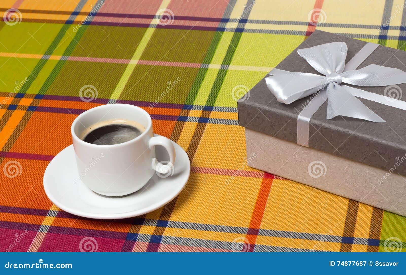 Caixa de presente do café na tabela